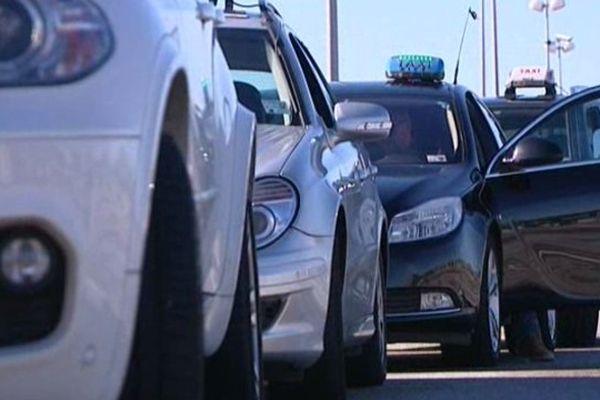 File de taxis devant l'aéroport de Nice