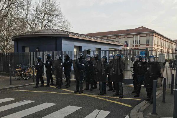 Devant le lycée Vaucanson, à Grenoble, vendredi 24 janvier à 14h30.