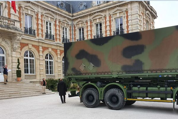 Des militaires ont livré 91.000 masques en Préfecture à Chaumont. Ils seront distribués aux personnels soignants. Photo Lysiane Brisbare