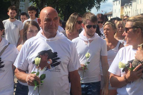 La famille de Kévin Kornsznitf lors de la marche blanche organisée ce dimanche à Dax.