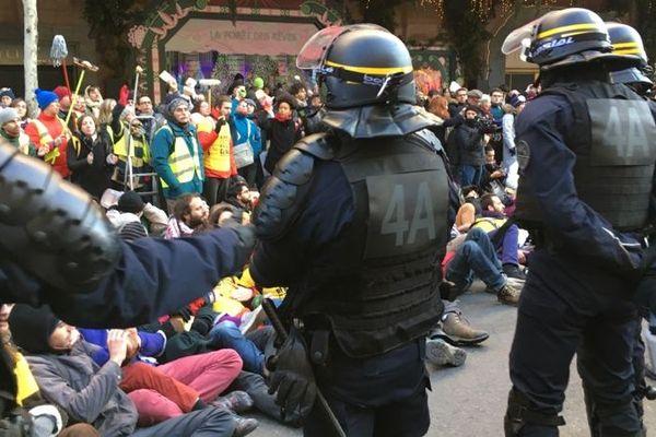 Plusieurs centaines de manifestants bloquent l'avenue Friedland à Paris dans le cadre d'une opération pour la sauvegarde du climat.
