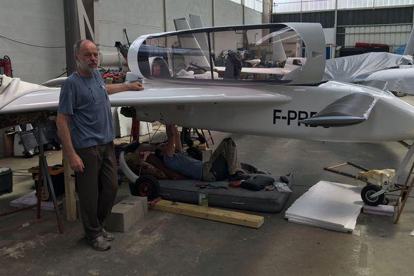 Dominique Simon à côté de l'avion qu'il a entièrement construit.