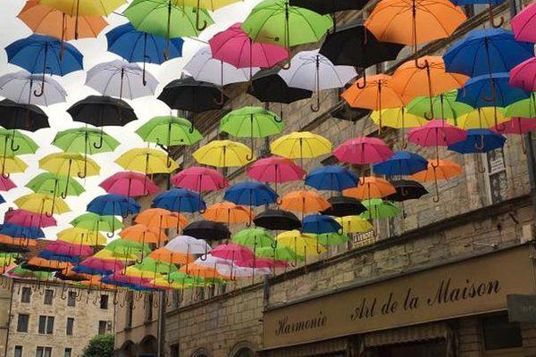 Le ciel se couvre... de parapluies à Vesoul.