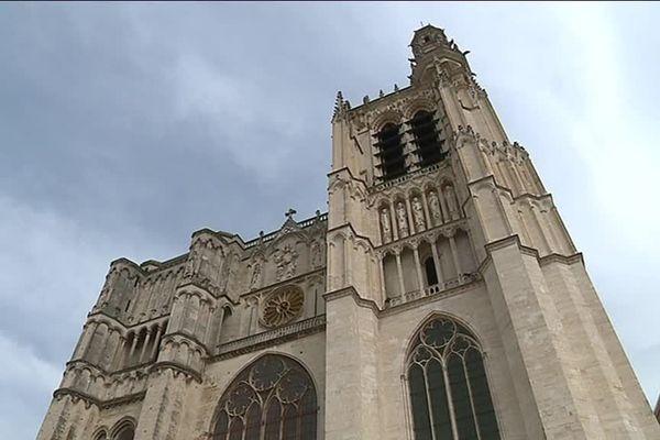 La cathédrale Saint-Étienne de Sens est la première de style gothique.