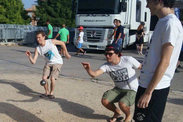 Ces étudiants originaires de Nice testent le terrain avant leur match;