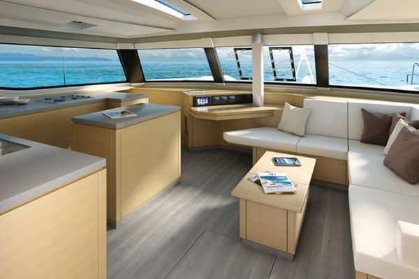 L'intérieur d'un catamaran Saba 50 construit aux chantiers Fountaine-Pajot