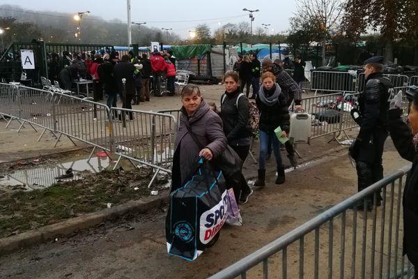 Le démantèlement du camp de réfugiés de Metz va durer toute la journée. 800 personnes y étaient installées dans des conditions très précaires.