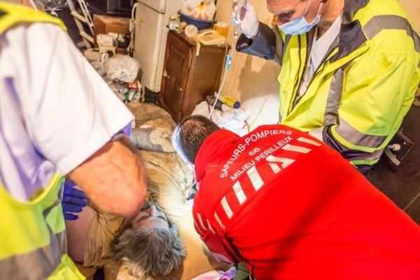 Perpignan - les équipes de secours préparent d'Alain P. avant son transfert grâce une une grue géante - 1er décembre 2020.