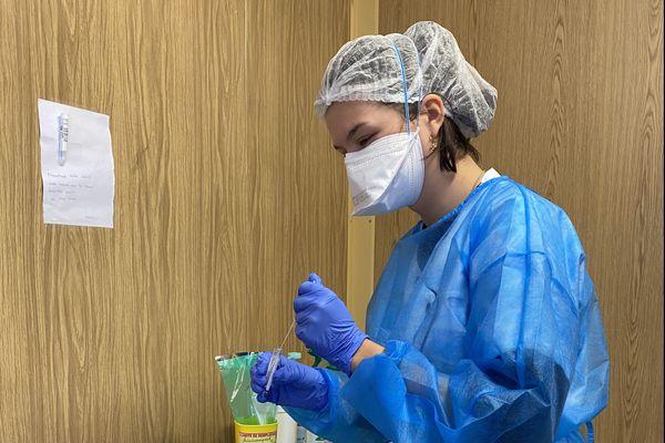 Charlotte Michel, étudiante en troisième année de médecine, s'occupe des prélèvements à la Polyclinique de Bezannes.