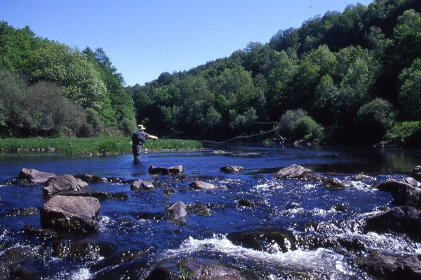 Avec ses nombreux lacs et rivières, comme ici La Truyère dans le Cantal, l'Auvergne est très appréciée des pêcheurs.