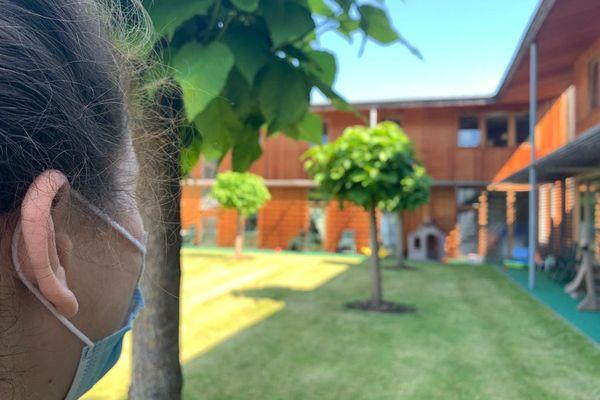 Valérie dans le jardin du pavillon