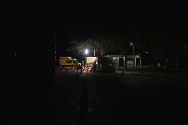 Une lumière éclaire l'aire d'autoroute, celle du food truck qui distribue gratuitement des repas chauds.