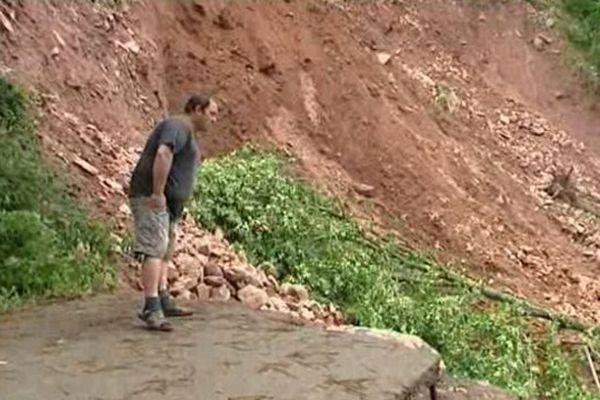 Route emportée par un glissement de terrain près de Bidarray (64)