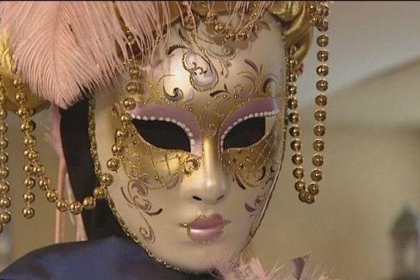 Qui se cache derrière ce masque vénitien ?
