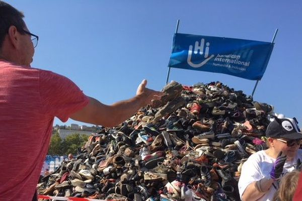 """La Pyramide de Chaussures samedi 29 septembre à Lyon. Le mot d'ordre : """"on lance des chaussures, pas des bombes!"""""""