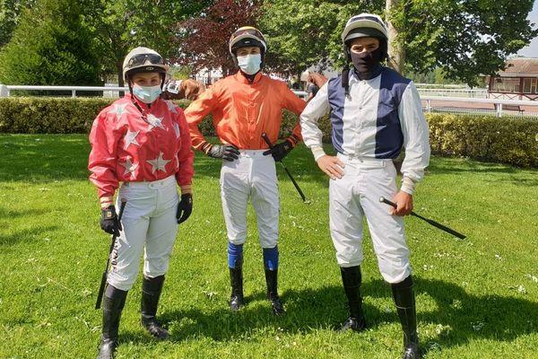Masque obligatoire sur les hippodromes y compris pour les jockeys même pendant la course. Ici Pauline Dominois, Kenegan Deniel et Félix de Giles avant une course à Compiègne.