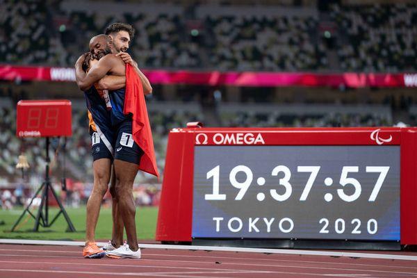 Trésor Makunda et son guide Lucas Mathonat, après être arrivés 3e pour la finale du 400m TT1 aux Jeux paralympiques de Tokyo, le 29 août 2021.