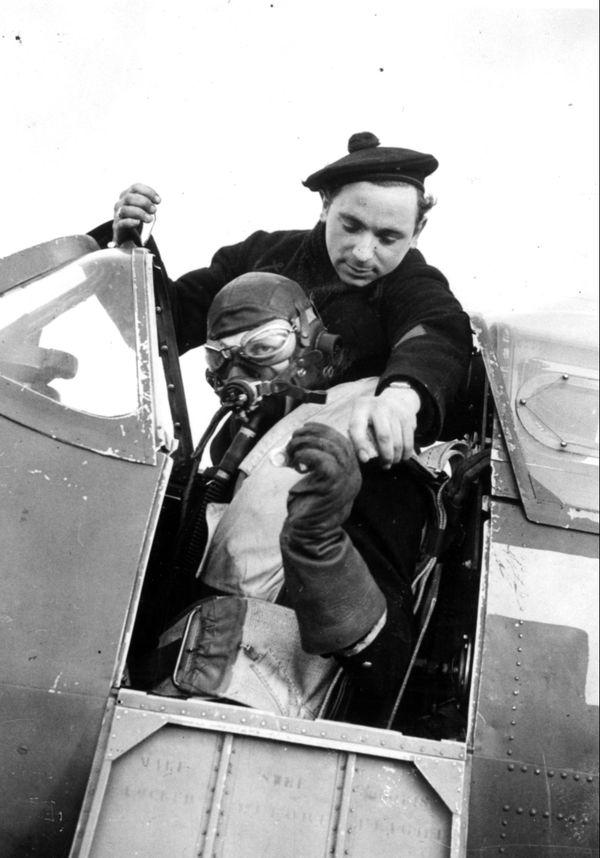 Le mécanicien Pomiès aide François de Labouchère à partir en mission en 1942 à bord d'un Spitfire.