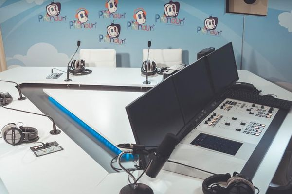 Radio Pitchoun est la première radio pour la jeunesse, ses locaux sont à Cannes. Elle diffuse du contenu pour les enfants 24h/24 et tous les jours de la semaine,  depuis 2016.