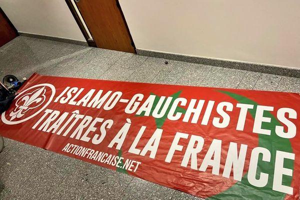 Un groupe d'extrême-droite a essayé de s'introduire durant une séance du Conseil régional d'Occitanie avec cette banderole.