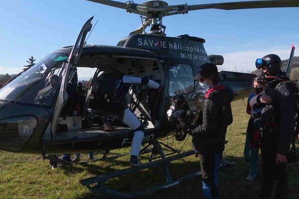 Maxime s'apprête à monter dans l'hélicoptère pour son premier saut en parachute à 7000 mètres d'altitude
