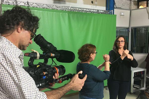 """Sophie Hougard et Sandrine Gadet, journaliste à France 3 Pays de la Loire, devant la caméra d'une équipe de """"l'oeil et la main"""""""
