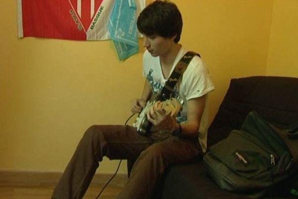 Un peu de guitare entre 2 révisions pour cet élève de Terminale S à Limoges