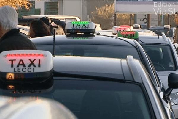 16/12/13 - Les taxis de campagne manifestent devant la CPAM de Corse-du-Sud à Ajaccio