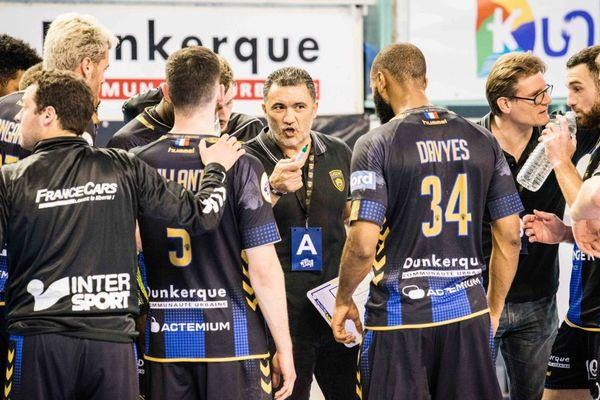 Patrice Cazal au milieu de ses joueurs en février 2019 contre Toulouse.