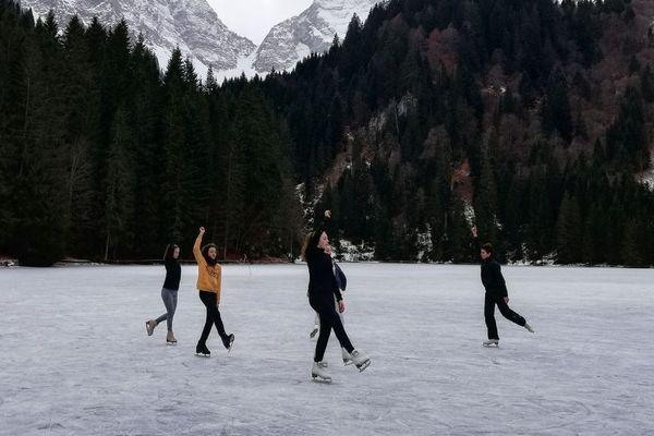 Un groupe de patineurs sur le lac des Plagnes à Abondance, en Haute-Savoie