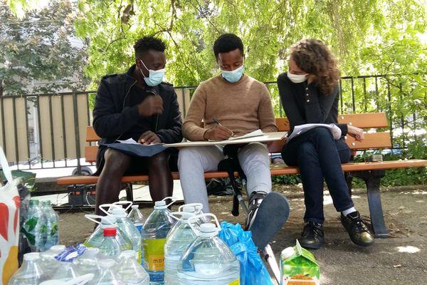 Cours de français improvisé avec une bénévole de l'AMIE, association d'aide aux mineurs isolés étrangers