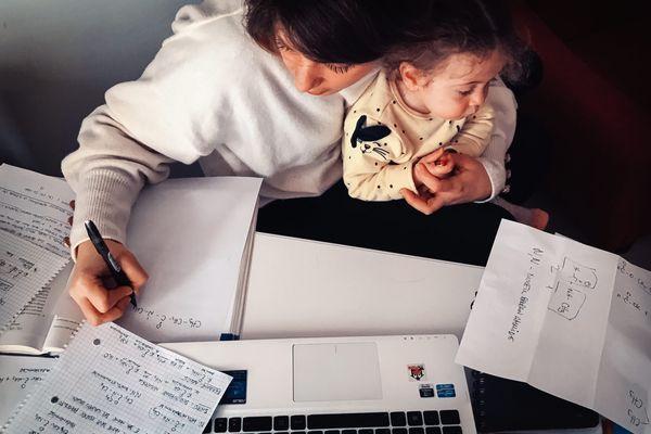 Pendant le confinement, difficile de séparer vie professionnelle et vie de famille.