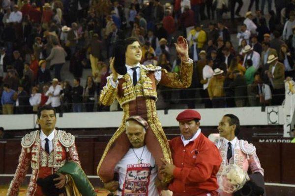 Pour son dix-huitième contrat américain de la saison, Andrés Roca Rey a confirmé son alternative à Bogotá. Et il est sorti en triomphe, comme presque toujours!