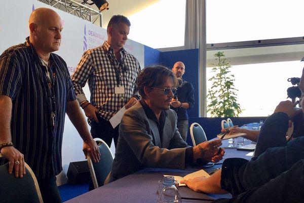 Johnny Depp se prête au jeu des selfies et des autographes