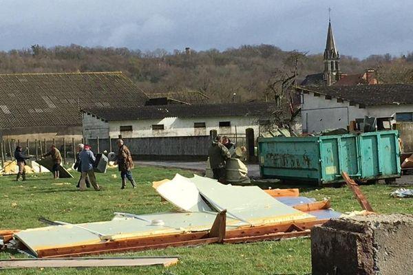 Tous les habitants et les services municipaux de la commune d'Orleix nettoient lestôles qui se sont envolées et représentent un danger.