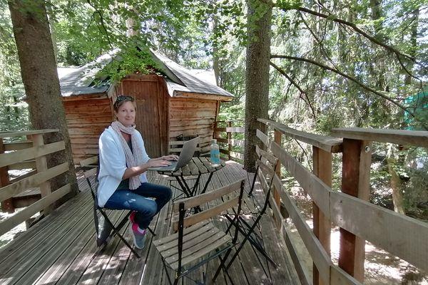Adeline Lenoir forme les porteurs de projet qui souhaitent se lancer dans l'hébergement insolite.