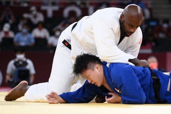 Teddy Riner a battu son adversaire japonais Harasawa et remporte la médaille de bronze dans la catégorie des plus de 100 kg.