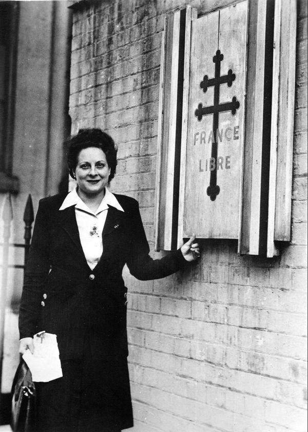 Émilienne Moreau-Évrard, devant Carlton Gardens, le siège des Forces Françaises Libres à Londres en 1944.