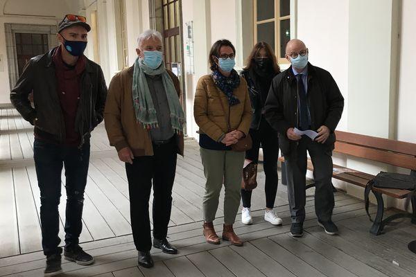 La famille d'Arthur Noyer et son avocat au palais de justice de Chambéry ce vendredi matin.