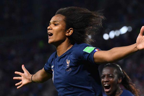 La défenseure française Wendie Renard fête son but sur pénalty contre le Nigéria le 17 juin 2019 au Roazhon Park de Rennes.