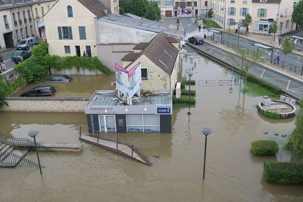 La Seine continue de monter à Melun, en Seine-et-Marne, et provoque d'importantes inondations, le 1er juin 2016.