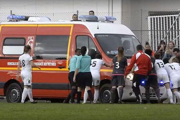 Nîmes - l'ambulance embourbée sur la pelouse du stade poussée par les joueuses - 16 octobre 2016.