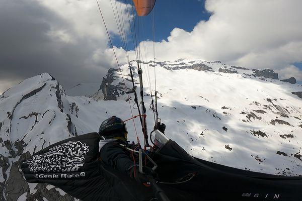 Confiné dans les airs, Flavio Funiati profite à fond de son statut de sportif de haut niveau pour s'entraîner, ici dans les Alpes.