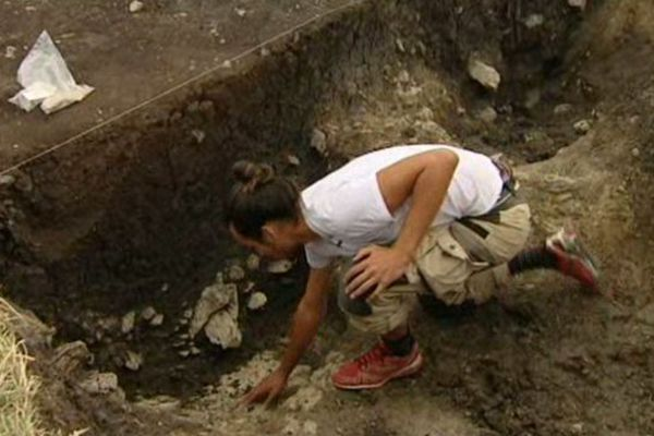 Il faut l'oeil averti de l'archéologue pour détecter - dans les différentes nuances de l'argile - ce qui fut un silo à céréales de l'époque de l'Âge du fer.