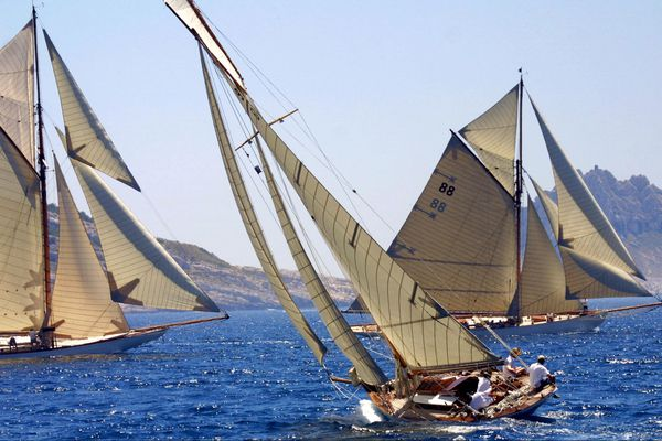 Le Tuiga (G) et le Moonbeam (D) lancés respectivement en 1909 et 1903, le 20 juin 2003 en rade de Marseille.