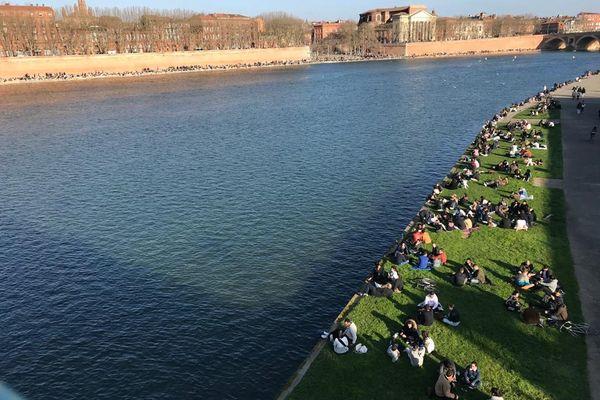 Les berges de la Garonne à Toulouse sur-fréquentées en février 2021 avant leur fermeture pour plusieurs semaines.