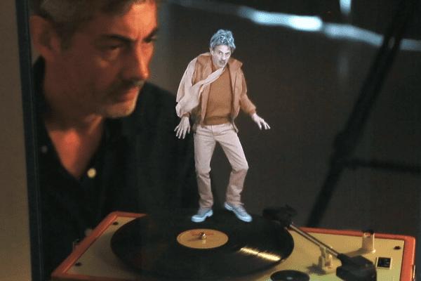 """Pierrick Sorin devant son hologramme de l'""""Artiste vieillissant dans le vent"""""""