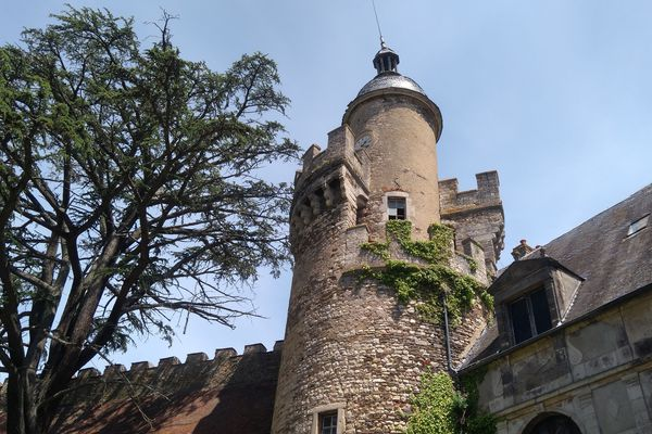 Lundi 21 mai se tient la journée des clochers 2018 au château de Veauce dans l'Allier. L'occasion de promouvoir les clochers, les cloches, les beffrois et les horloges d'édifices,  à l'origine de nos montres et pendules. Mais aussi de faire découvrir le campanile du château, quelques mois avant sa restauration.