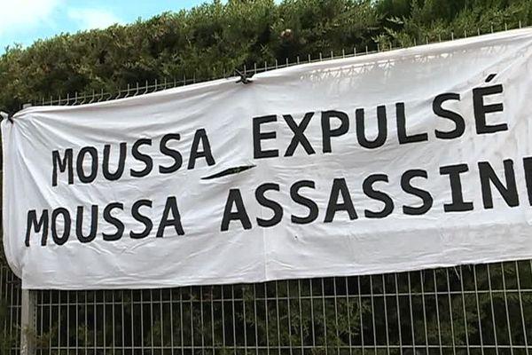 Banderole déployée par les manifestants venus soutenir Moussa, devant le centre de rétention de Nîmes, le 1er mai 2018.