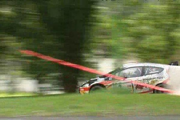 La voiture d'Eric Brunson, en tête du rallye de Saint-Yrieix